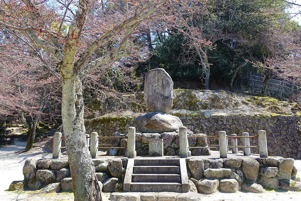 光明院近くの誓真大徳頌徳碑は、春は桜のスポット。